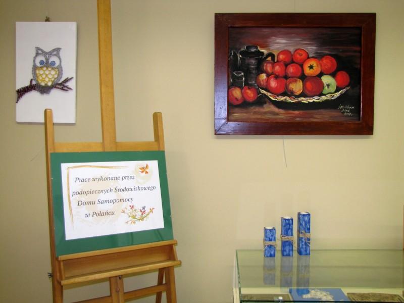 Zdjęcie kolorowe, fragment wystawy w Bibliotece - Prace uczestników Środowiskowego Domu Samopomocy w Połańcu