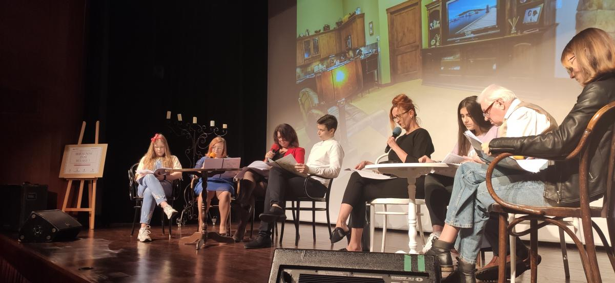Zdjęcie kolorowe, Narodowe Czytanie Moralności Pani Dulskiej na sali widowiskowej Centrum Kultury i Sztuki w Połańcu, widoczni lektorzy na scenie