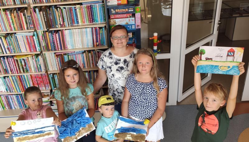 Zdjęcie kolorowe, wakacje w Bibliotece, uczestnicy warsztatów