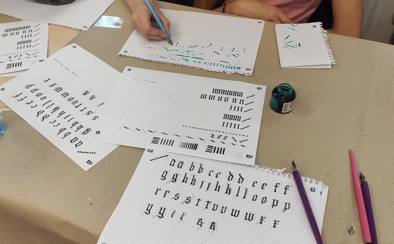 Zdjęcie kolorowe, prace kaligraficzne uczestników wakacji w bibliotece