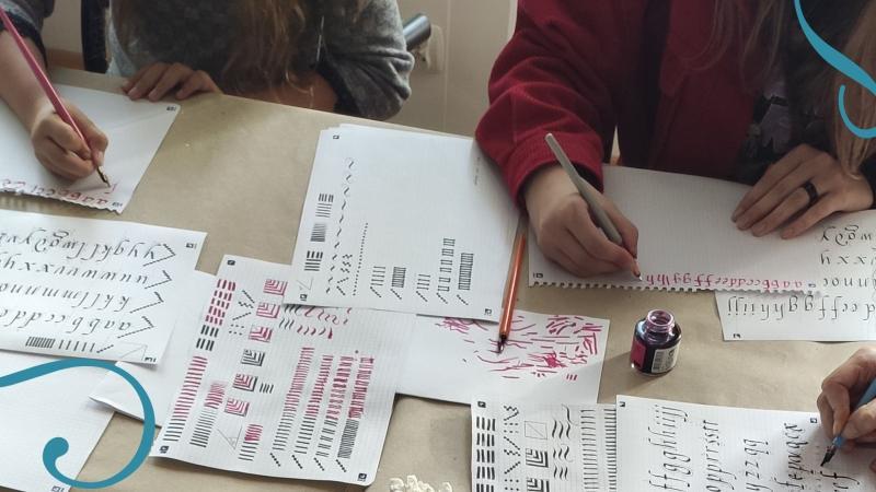 Zdjęcie kolorowe, warsztaty z kaligrafii dla czytelników Biblioteki