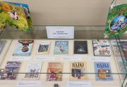 Zdjęcie kolorowe. Fragment wystawy Czytajmy dzieciom na holu w bibliotece